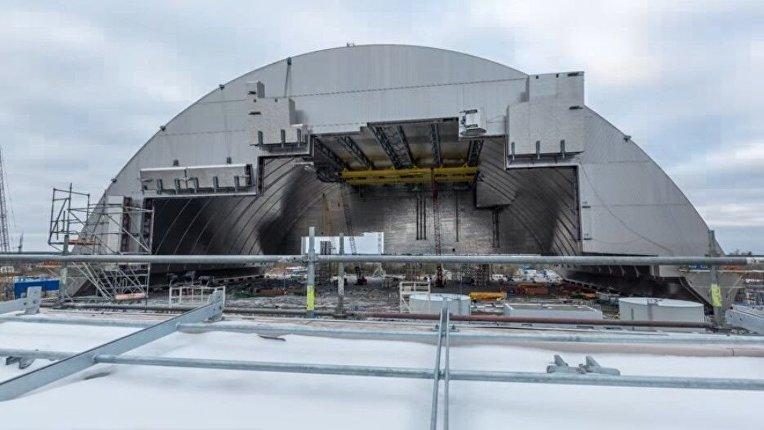 Установка арки над четвертым энергоблоком ЧАЭС