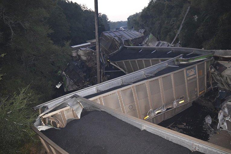 Во флоридском округе Мэрион в США столкнулись два поезда. В результате 20 вагонов сошли с рельсов.