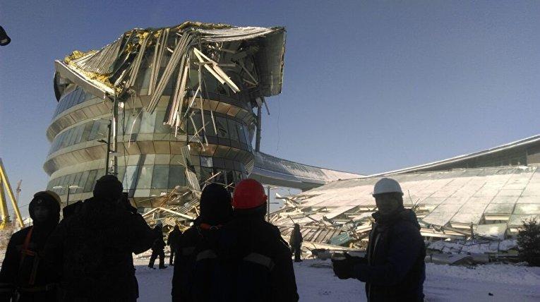 В столице Казахстана Астане обрушилось строящееся здание на территории выставки ЭКСПО на глазах у строителей.
