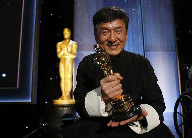 Знаменитый китайский актер Джеки Чан получил свой первый Оскар. 12 ноября в Лос-Анджелесе 62-летний актер получил почетную награду Киноакадемии за вклад в кинематограф.