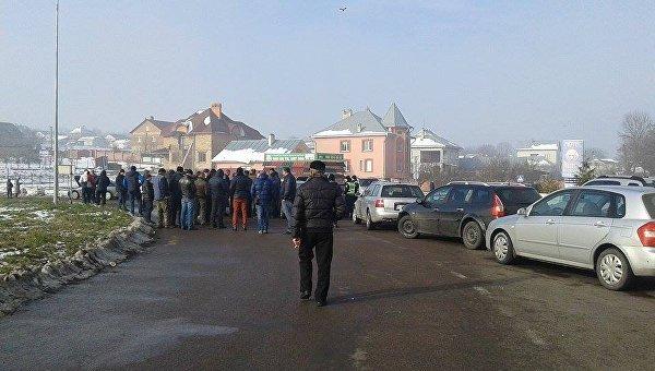 ВЧерновцах владельцы иностранных авто перекрыли дорогу, требуя отменить «пересичку»