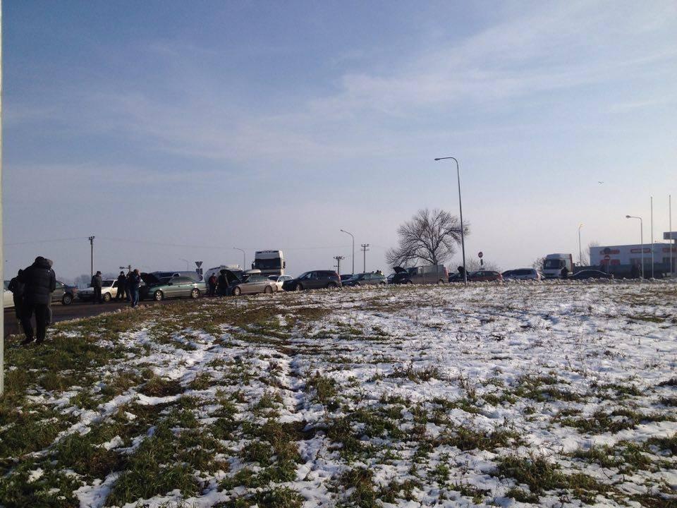 ВЧерновцах водители блокировали трассу иобъездную дорогу