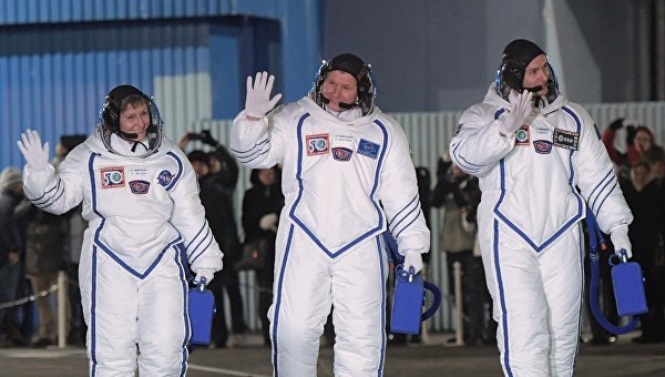 Участники основного экипажа 50/51-й экспедиции на Международную космическую станцию астронавт NASA Пегги Уитсон, космонавт Роскосмоса Олег Новицкий и астронавт ESA Тома Песке (слева направо)
