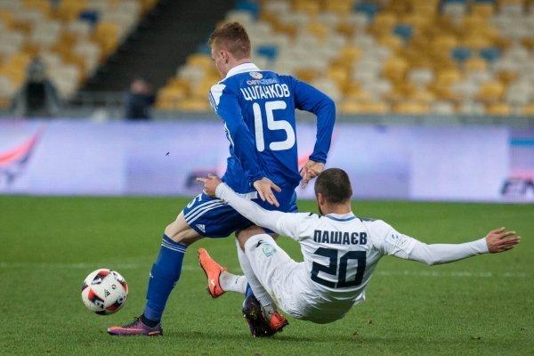 Игрок Виктор Цыганков (Динамо) и игрок Павел Пашаев (Сталь)