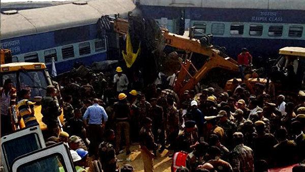 Число погибших при сходе поезда с рельсов в Индии превысило 130