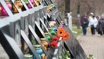 Возложение цветов возле Креста Героев Небесной Сотни в Киеве в День Достоинства и Свободы