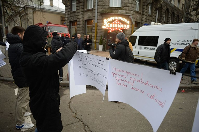 Марш Азова в Киеве и вопросы для президента