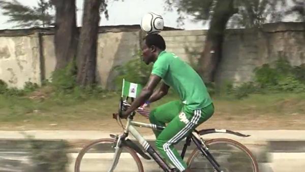 Нигерийский футболист проехал 103 километра навелосипеде смячом наголове