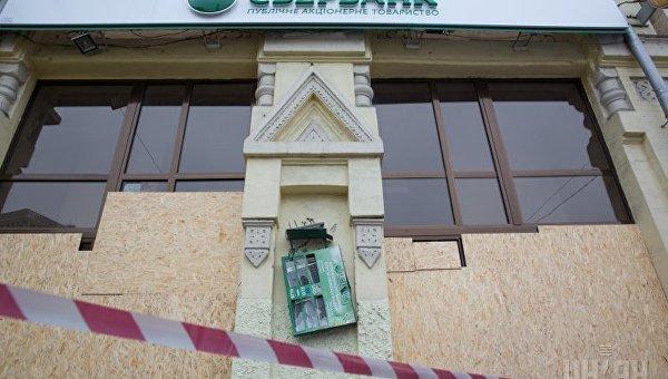 Последствия ночного погрома в отделении Сбербанка в Киеве
