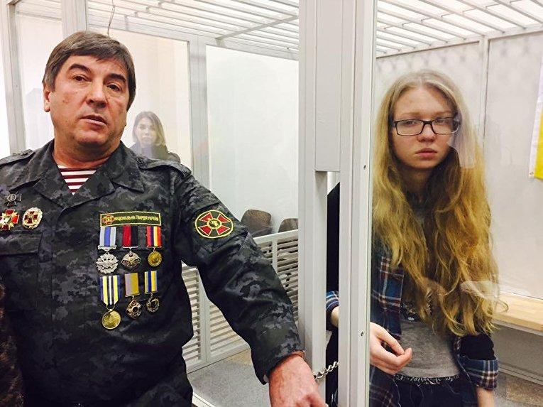 Народный депутат от фракции Народный фронт Юрий Тимошенко приковал Виту Заверуху к себе наручниками