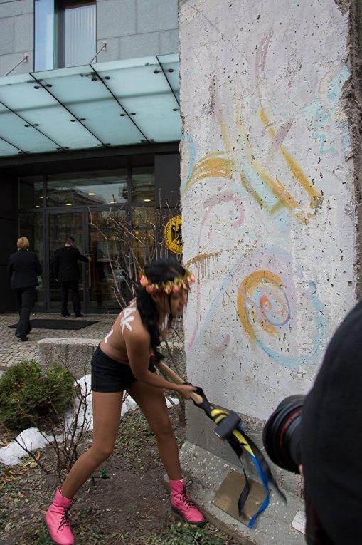 Акция Femen у посольства Германии в Киеве