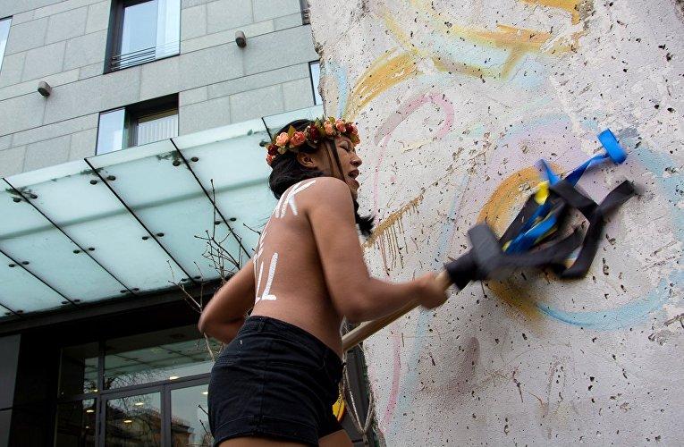 Акция движения FEMEN The Wall у посольства Германии в Украине