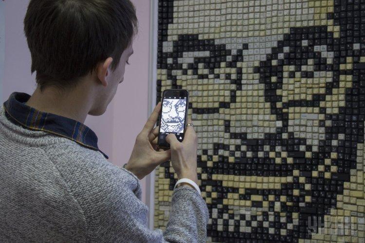 Студенты из Мариуполя создали портрет основателя Apple Стива Джобса из компьютерных клавиш.