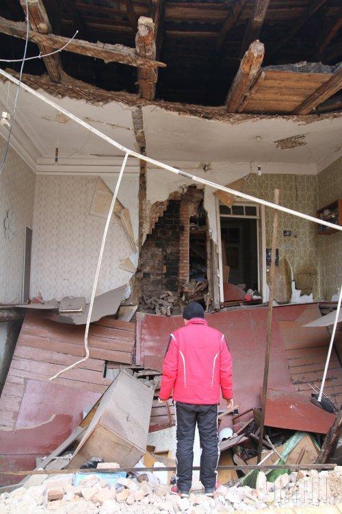 В Кропивницком обрушилась стена жилого дома. По прибытию на место происшествия спасатели установили, что в одноэтажном трехквартирном жилом доме произошло частичное разрушение фасадной стены одной из квартир. Травмированных и погибших нет.