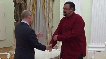 Путин вручил российский паспорт Стивену Сигалу