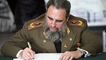 Фидель Кастро делает запись в Книге почетных гостей