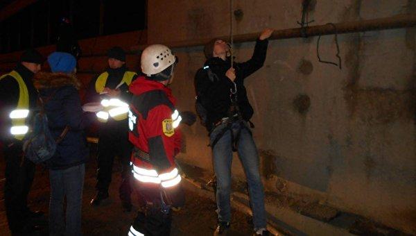 Сопоры Южного моста cотрудники экстренных служб сняли компанию из19 человек