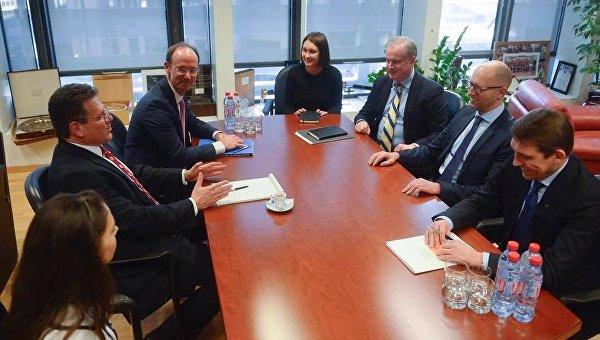 Экс-премьер-министр Украины Арсений Яценюк в ходе встречи в Брюсселе с вице-президентом Еврокомиссии по энергосоюзу Марошем Шевчовичем