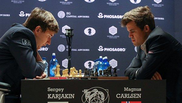 Слева направо: гроссмейстер Сергей Карякин (Россия) и гроссмейстер Магнус Карлсен (Норвегия)