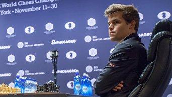Гроссмейстер Магнус Карлсен (Норвегия) в тай-брейке матча за звание чемпиона мира по шахматам 2016 против гроссмейстера Сергея Карякина (Россия) в Нью-Йорке.