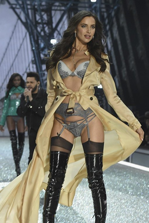 Ирина Шайк на показе Victoria's Secret Fashion Show