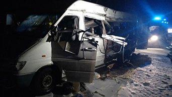 На месте столкновения микроавтобуса и грузовика в Днепропетровской области 2 декабря 2016 года
