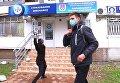 В Одессе молодые люди закидали приемную депутата от Оппоблока Виктора Баранского яйцами. 2 декабря 2016 года