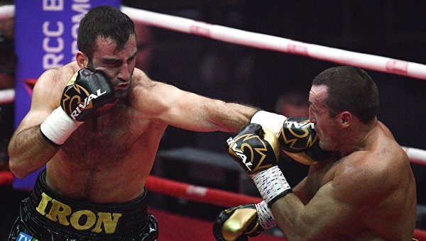 Справа налево: Денис Лебедев и Мурат Гассиев во время боя за звание чемпиона мира по боксу по версиям WBO и IBF