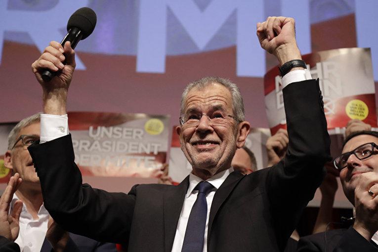 Бывший лидер зеленых Александр Ван дер Беллен (на фото) опережает своего оппонента по президентской гонке Норберта Хофера на 3,4%