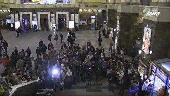 На ж/д вокзале Киева прошел песенный флешмоб к Дню ВСУ