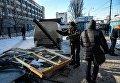 В Киеве возле станции метро Петровка демонтируют МАФы