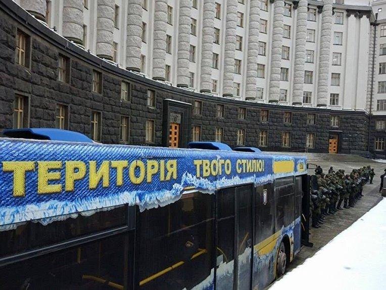 Сотрудники правоохранительных органов в центре Киева под Кабмином