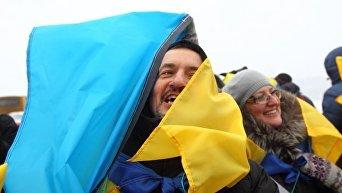 Украинцы с флагами Украины