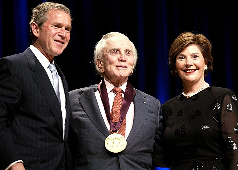 Кирк Дуглас с Джорджем Бушем-младшим