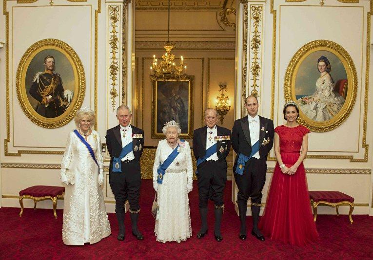 Официальный портрет членов Королевской семьи Великобритании