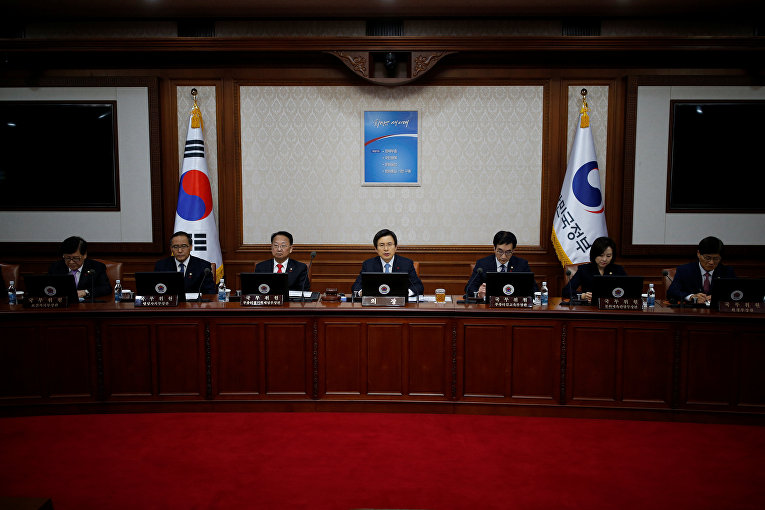 Президент и премьер-министр Южной Кореи во время заседания правительства