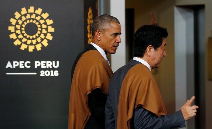 Президент США Барак Обама и премьер-министр Японии Синдзо Абэ на саммите АТЭС в Перу.
