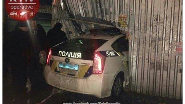 ВКиеве авто милиции врезалось вхлебный киоск