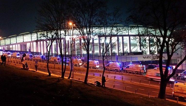 На месте взрыва, произошедшего в районе футбольного стадиона в центре Стамбула