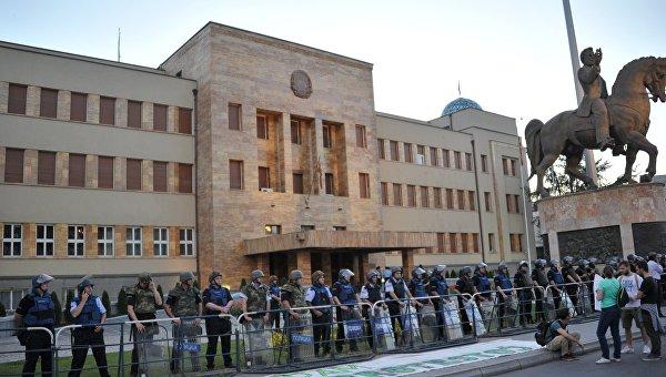 Полицейские охраняют здание парламента Македонии. Архивное фото