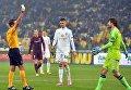 Александр Шовковский получает желтую карточку от арбитра во время футбольного матча Лиги Европы УЕФА между Динамо и Ольборгом