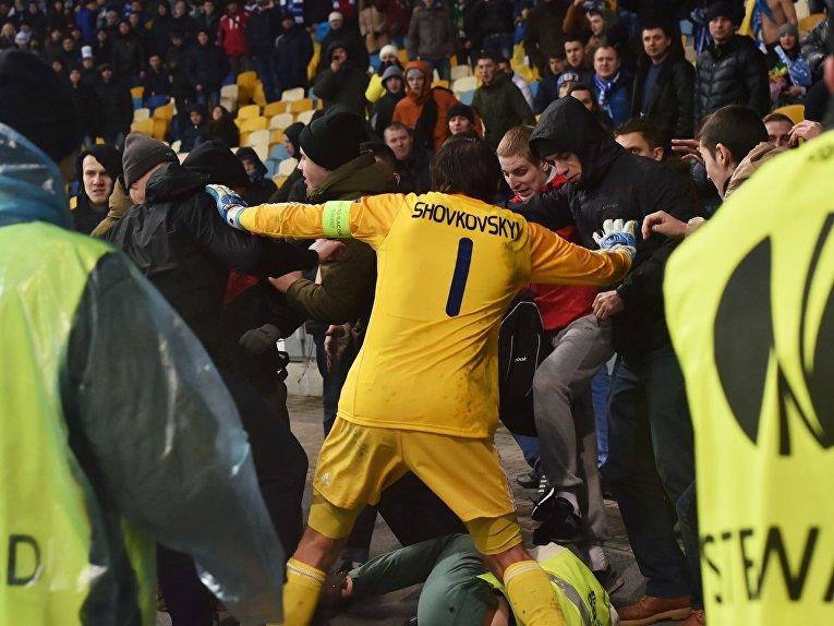 Александр Шовковский пытается предотвратить столкновения фанатов на матче Динамо - Генгам