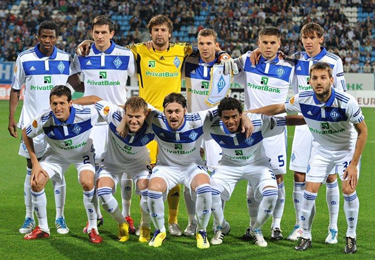 Динамо перед матчем со Сток Сити в 2011 году. Рядом с Александром Шовковским находится Андрей Шевченко