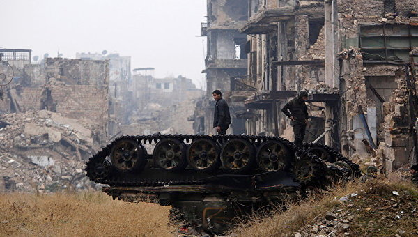 Разбитый танк возле мечети Омейядов, в контролируемой правительством области Алеппо, Сирия