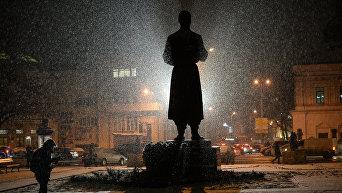 Заснеженный памятник Григорию Сковороде в Киеве