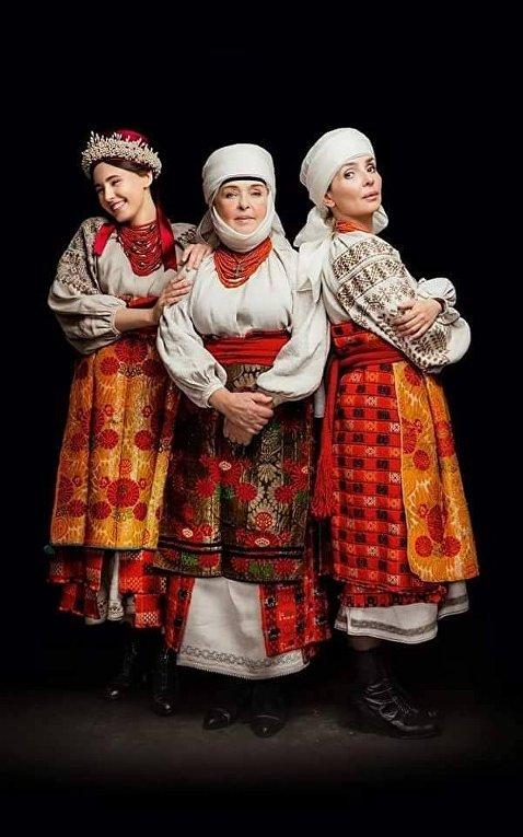 Ада Роговцева (в центре)