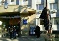 Чучело судьи с табличкой Он отпускал сепаратистов у здания Малиновского райсуда Одессы