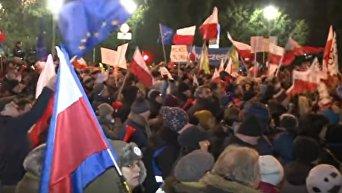 Полиция Варшавы пригрозила применить силу, если протестующие не разойдутся. Видео
