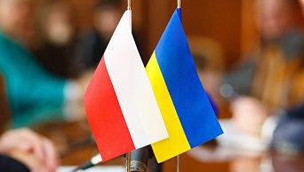 Флаги Польши и Украины. Архивное фото