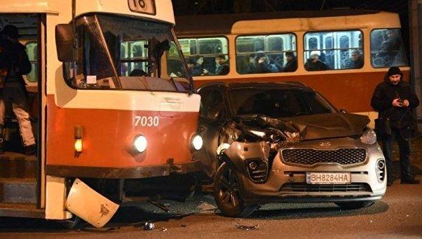 ВОдессе трамвай сошел срельсов иврезался в легковую машину